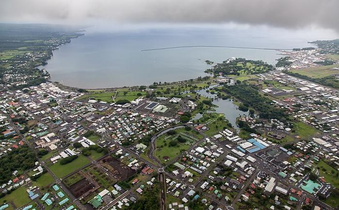 Big Island Blick aus dem Hubschrauber: Hilo und Hilo Bay (Pazifik) Banyan Golf Course Liliuokalani Park and Gardens Wailoa Pond Wailoa River State Park Luftbild aerial photo