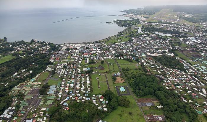 Big Island Blick aus dem Hubschrauber: Hilo und Hilo Bay (Pazifik) Hilo International Airport Wailoa Pond Wailoa River State Park Luftbild aerial photo