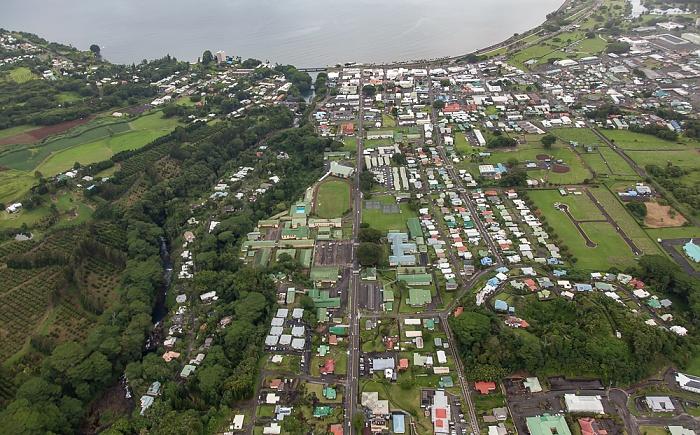 Big Island Blick aus dem Hubschrauber: Hilo und Hilo Bay (Pazifik) Wailuku River Luftbild aerial photo