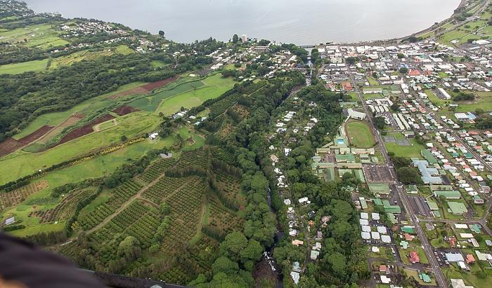 Big Island Blick aus dem Hubschrauber: Hilo mit dem Wailuku River Hilo Bay Luftbild aerial photo