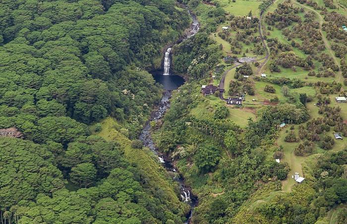 Big Island Blick aus dem Hubschrauber: Waiau Stream mit den Kulaniapia Falls The Inn at Kulaniapia Falls Luftbild aerial photo