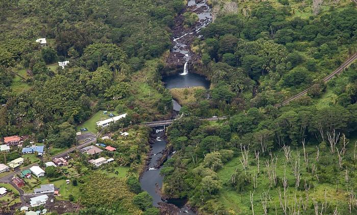 Big Island Blick aus dem Hubschrauber: Wailuku River und Waianuenue Avenue Bridge Luftbild aerial photo
