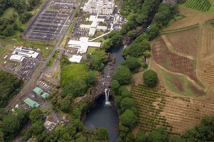 Big Island Blick aus dem Hubschrauber: Wailuku River mit den Rainbow Falls (Waianuenue Falls) Hilo Hilo Medical Center Luftbild aerial photo