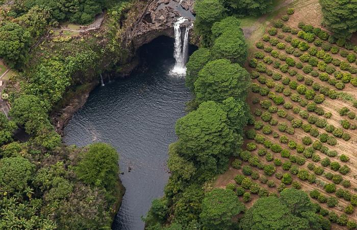 Big Island Blick aus dem Hubschrauber: Wailuku River mit den Rainbow Falls (Waianuenue Falls) Luftbild aerial photo