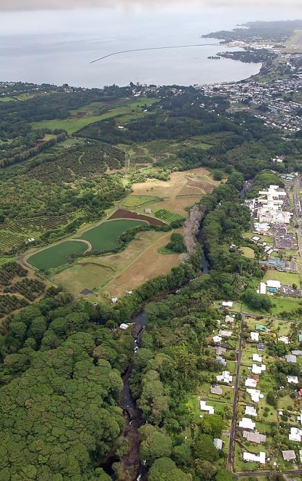 Big Island Blick aus dem Hubschrauber: Wailuku River, Hilo Hilo Bay Hilo Medical Center Luftbild aerial photo