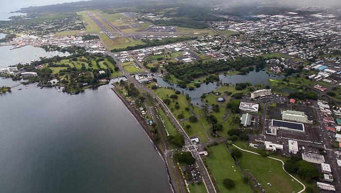 Big Island Blick aus dem Hubschrauber: Hilo Bay (Pazifik) und Hilo Banyan Golf Course Hilo International Airport Liliuokalani Park and Gardens Wailoa Pond Wailoa River State Park Luftbild aerial photo