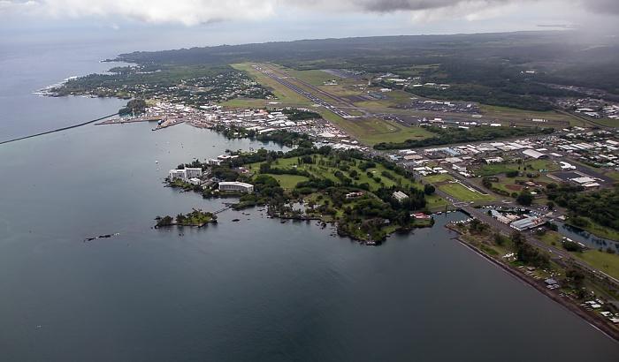 Big Island Blick aus dem Hubschrauber: Hilo Bay (Pazifik) und Hilo mit Banyan Golf Course und Liliuokalani Park and Gardens Hilo International Airport Luftbild aerial photo
