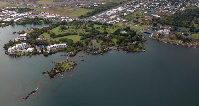 Big Island Blick aus dem Hubschrauber: Hilo Bay (Pazifik) und Hilo mit Banyan Golf Course und Liliuokalani Park and Gardens Luftbild aerial photo