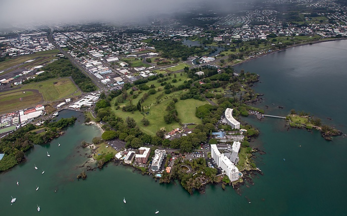 Big Island Blick aus dem Hubschrauber: Hilo Bay (Pazifik) und Hilo mit Banyan Golf Course und Liliuokalani Park and Gardens Wailoa Pond Wailoa River State Park Luftbild aerial photo