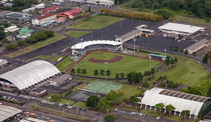 Big Island Blick aus dem Hubschrauber: Hilo mit dem Ho'Olulu Complex (Wong Stadium) Luftbild aerial photo