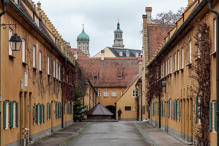Augsburg Fuggerei: Mittlere Gasse (vorne) / Ochsengasse Augsburger Rathaus St. Peter am Perlach