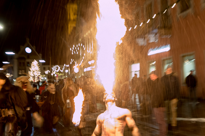Freising Altstadt: Untere Hauptstraße - Perchten: Feuerspucker