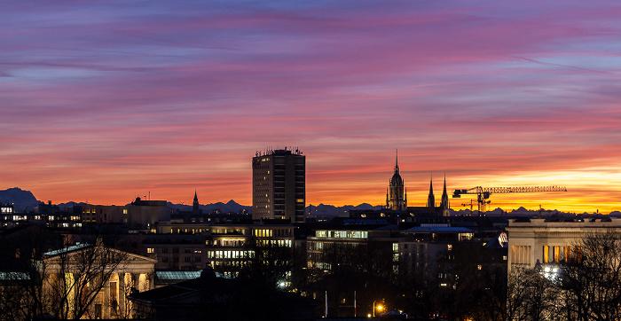 Blick von der Technischen Universität (Arcisstraße): Hotel NH München Deutscher Kaiser und St.-Pauls-Kirche Propyläen Staatliche Antikensammlungen Technische Universität
