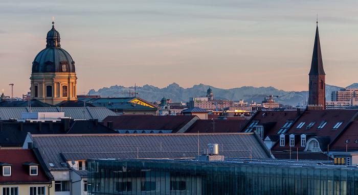 München Blick von der Technischen Universität (Arcisstraße): Theatinerkirche (links) und St. Salvator (rechts) Technische Universität