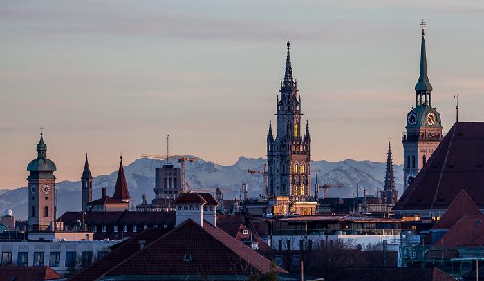 München Blick von der Technischen Universität (Arcisstraße): Türme von (v.l.) Heilig-Geist-Kirche, Neuem Rathaus aus St. Peter (Alter Peter) Technische Universität