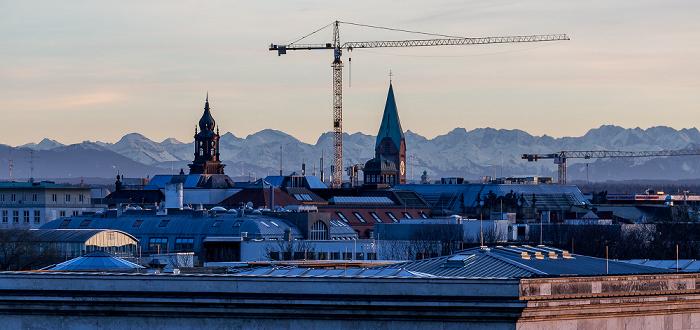 München Blick von der Technischen Universität (Arcisstraße): Allerheiligenkirche am Kreuz (rechts) Technische Universität