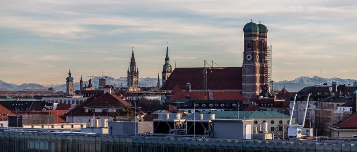 München Blick von der Technischen Universität (Arcisstraße) Alter Peter Heilig-Geist-Kirche St. Peter Technische Universität