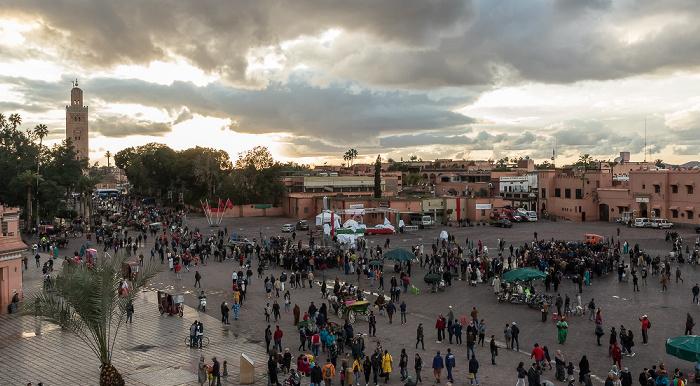 Marrakesch Blick vom Grand Balcon du Café Glacier: Medina mit dem Place Djemaa el Fna Koutoubia-Moschee