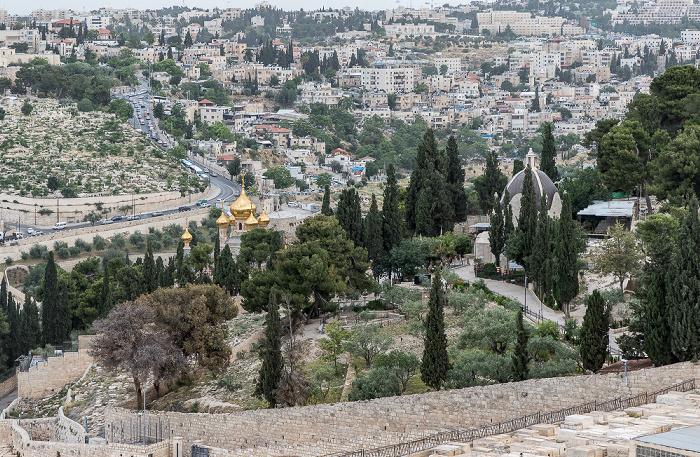 Blick vom Ölberg: Kidrontal, Maria-Magdalena-Kirche und Dominus-flevit-Kirche (rechts) Jerusalem