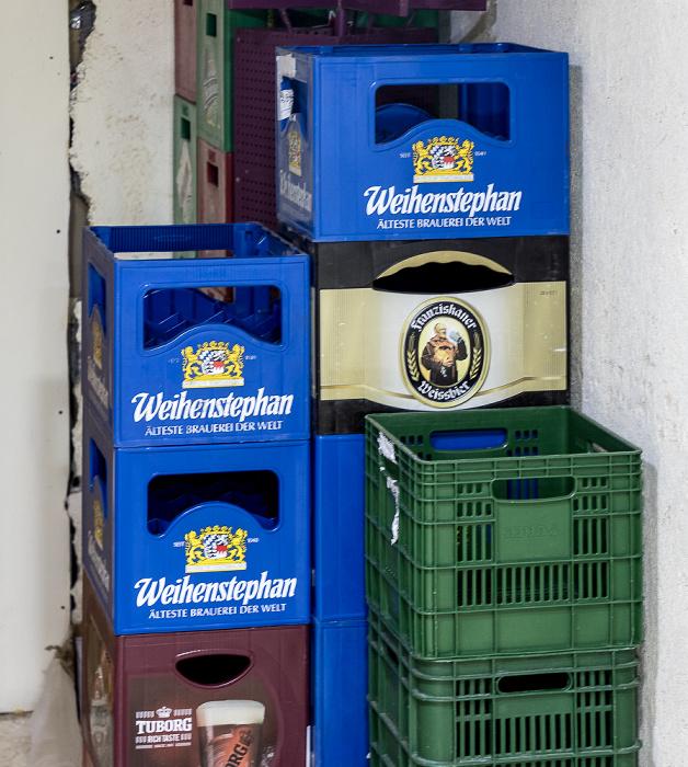 En Bokek Mall: Leere Bierkästen von Weihenstephan und Franziskaner