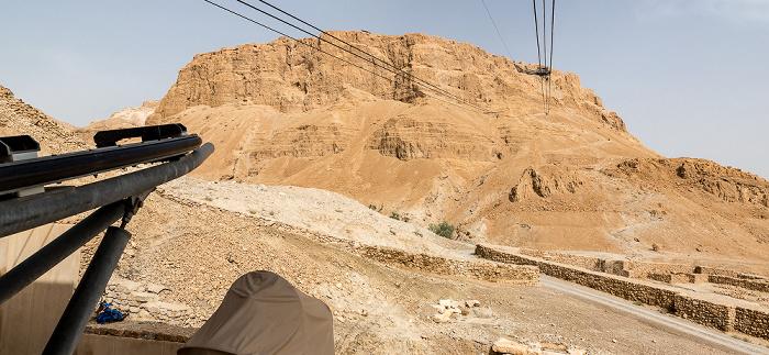 Blick aus der Talstation der Seilbahn auf den Masada-Tafelberg