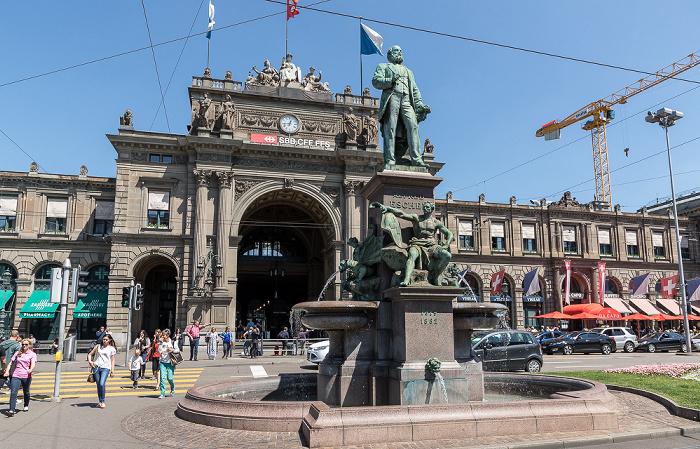 Bahnhofsplatz: Alfred-Escher-Denkmal, Hauptbahnhof Zürich