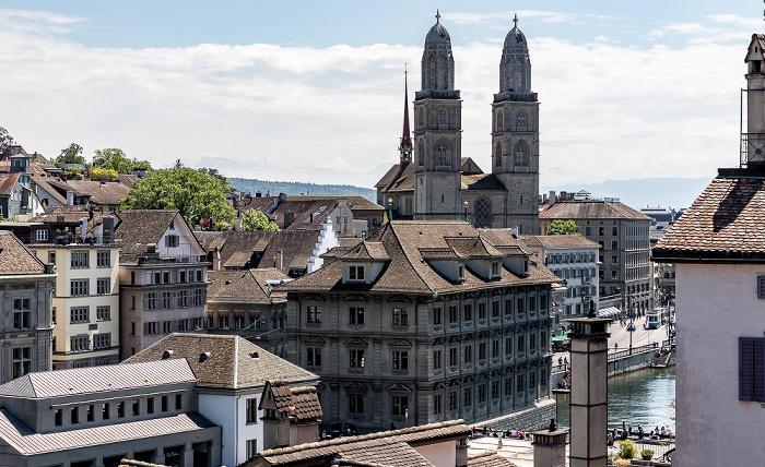 Altstadt - Blick vom Lindenhof: Niederdorf (Dörfli) mit Zürcher Rathaus und Grossmünster Zürich