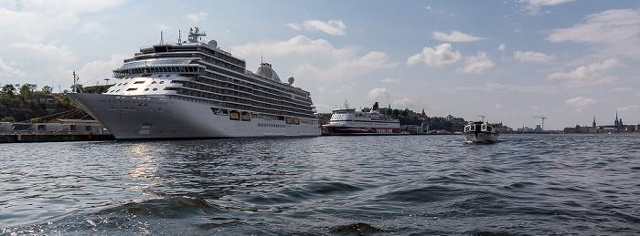 Stockholm Saltsjön: Kreuzfahrterminal (mit dem Kreuzfahrschiff Seven Seas Explorer) und Viking Line Terminal (mit der Fähre Gabriella)