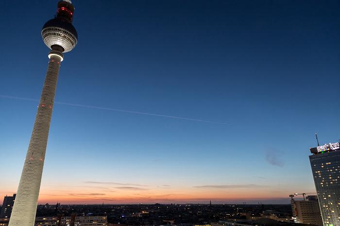 Blick aus dem Motel One Alexanderplatz: Fernsehturm, Park Inn by Radisson Berlin