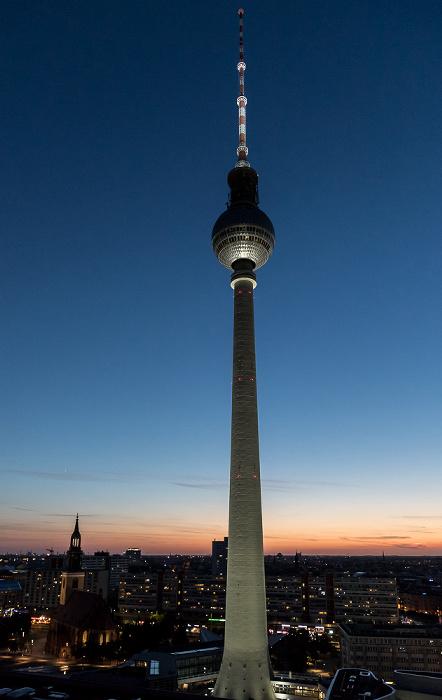 Blick aus dem Motel One Alexanderplatz: Fernsehturm, Marienkirche Berlin