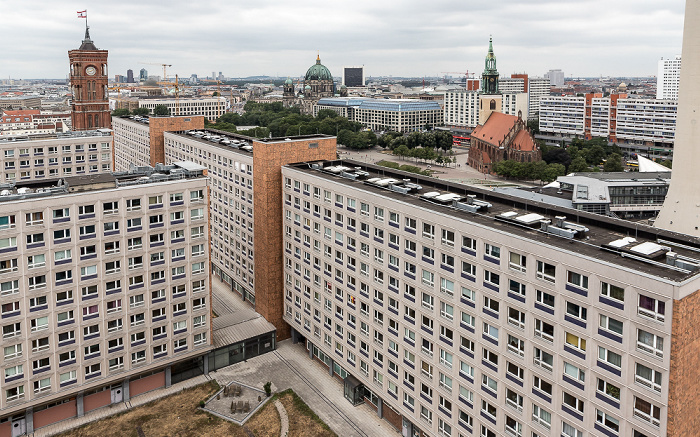 Blick aus dem Motel One Alexanderplatz: Rotes Rathaus, Berliner Dom, Internationales Handelszentrum, CityQuartier DomAquarée, Marienkirche Berlin