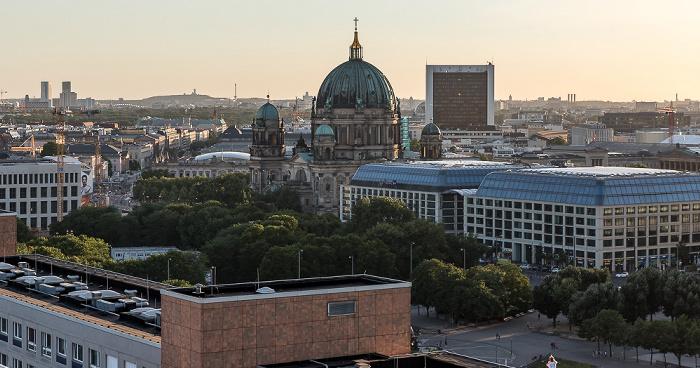 Blick aus dem Motel One Alexanderplatz: Unter den Linden, Berliner Dom, Internationales Handelszentrum, CityQuartier DomAquarée Berlin