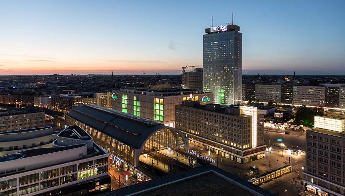 Blick aus dem Motel One Alexanderplatz: Bahnhof Alexanderplatz, Park Inn by Radisson, Alexanderplatz Berlin