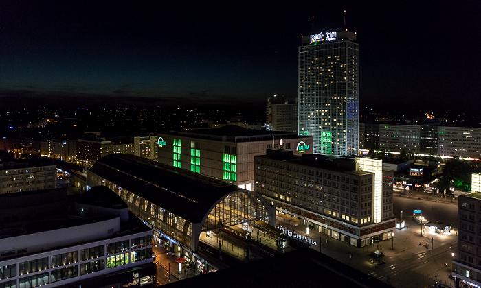 Blick aus dem Motel One Alexanderplatz: Bahnhof Alexanderplatz, Park Inn by Radisson Berlin