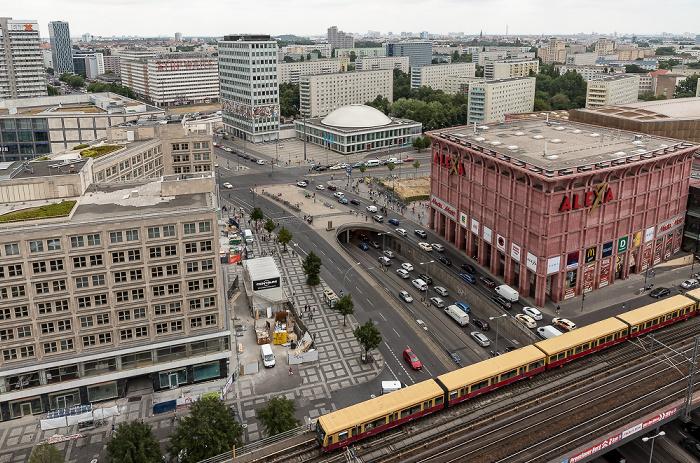 Blick aus dem Motel One Alexanderplatz: Alexanderhaus, Grunerstraße, Haus des Lehrers, Kongresshalle am Alexanderplatz, Alexa, Berliner Stadtbahn Berlin