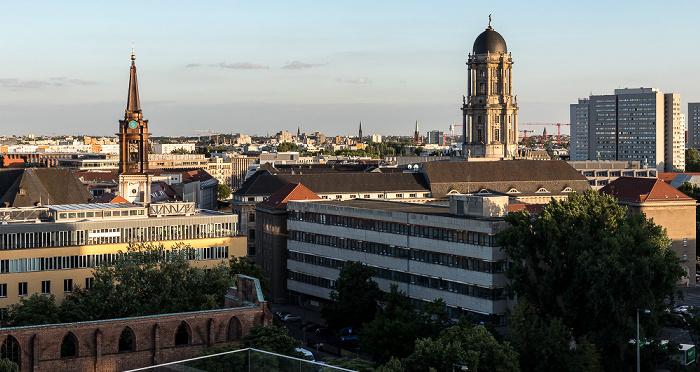 Blick aus dem Motel One Alexanderplatz: Parochialkirche, Altes Stadthaus Berlin