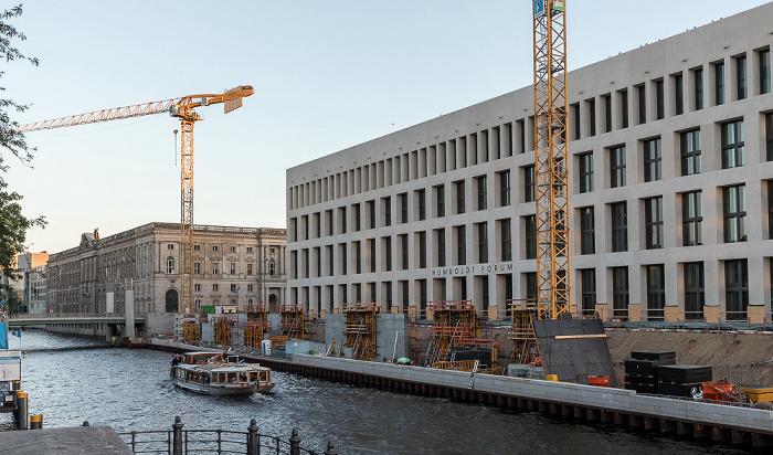 Blick von der Liebknechtbrücke: Spree, Berliner Schloss (Humboldt Forum) Berlin