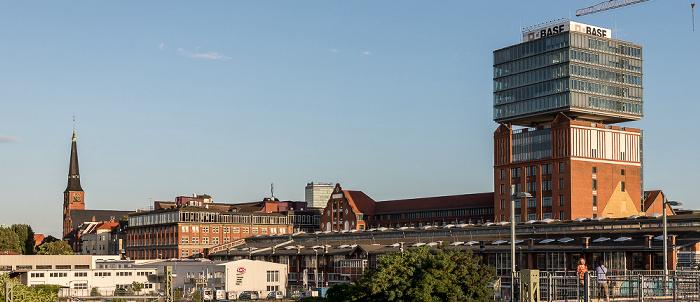 Blick von der Warschauer Brücke: Oberbaum City mit dem Narva-Hochhaus Berlin