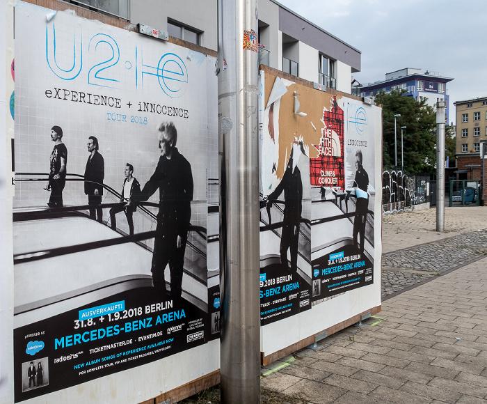 Elisabeth-Schwarzhaupt-Platz: Plakate für die U2-Konzerte der eXPIERENCE + iNNOCENCE Tour Berlin