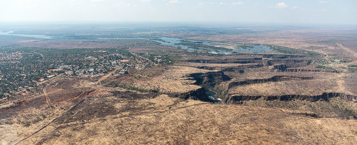Victoria Falls Blick aus dem Hubschrauber: Matabeleland North Province (Simbabwe), Sambesi, Southern Province (Sambia) Luftbild aerial photo