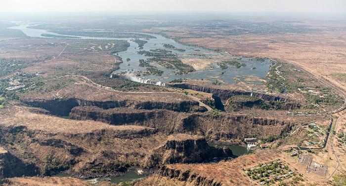 Livingstone Blick aus dem Hubschrauber: Matabeleland North Province (Simbabwe), Sambesi, Southern Province (Sambia) Luftbild aerial photo