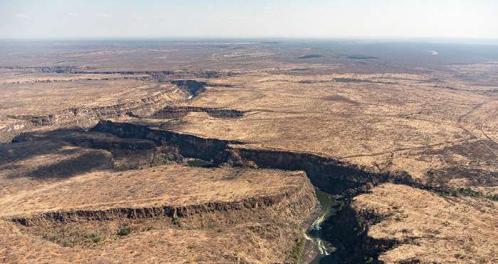 Victoria Falls Blick aus dem Hubschrauber: Southern Province (Sambia), Sambesi, Matabeleland North Province (Simbabwe) Luftbild aerial photo