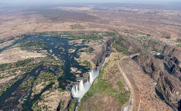 Victoria Falls Blick aus dem Hubschrauber (v.o.): Southern Province (Sambia), Sambesi, Matabeleland North Province (Simbabwe) Luftbild aerial photo
