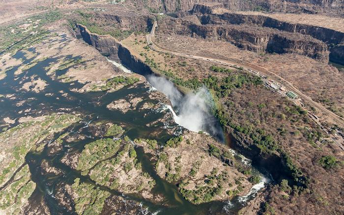 Victoria Falls Blick aus dem Hubschrauber: Sambesi, Victoriafälle mit Regenbogen Luftbild aerial photo