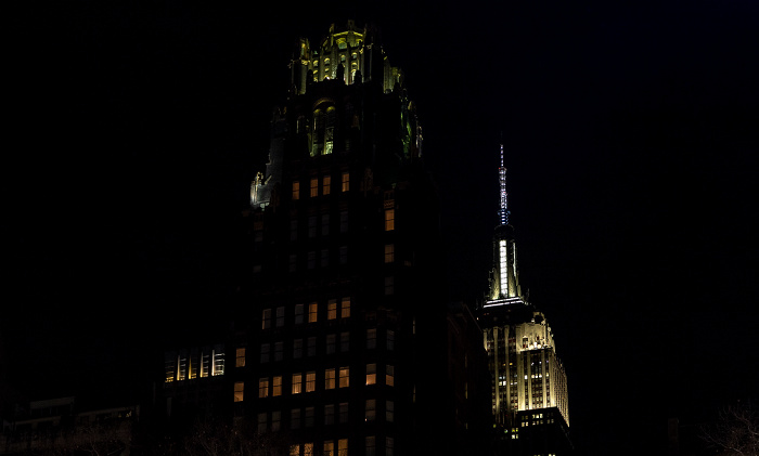 Blick vom Bryant Park: American Radiator Building (The Bryant Park Hotel) und Empire State Building (rechts) New York City