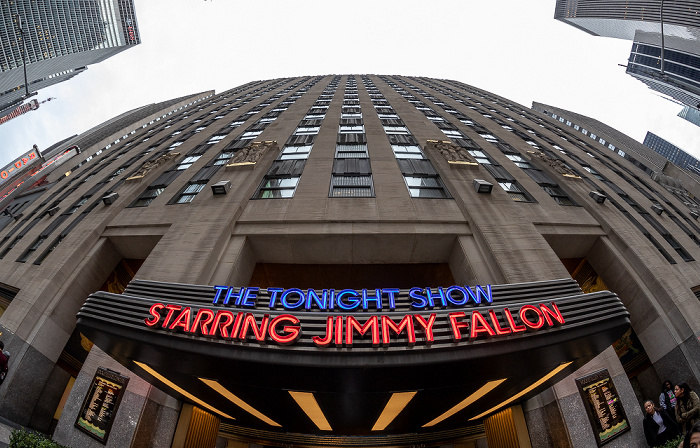 6th Avenue (Avenue of the Americas): Rockefeller Center - Werbung für die Tonight Show Starring Jimmy Fallon New York City