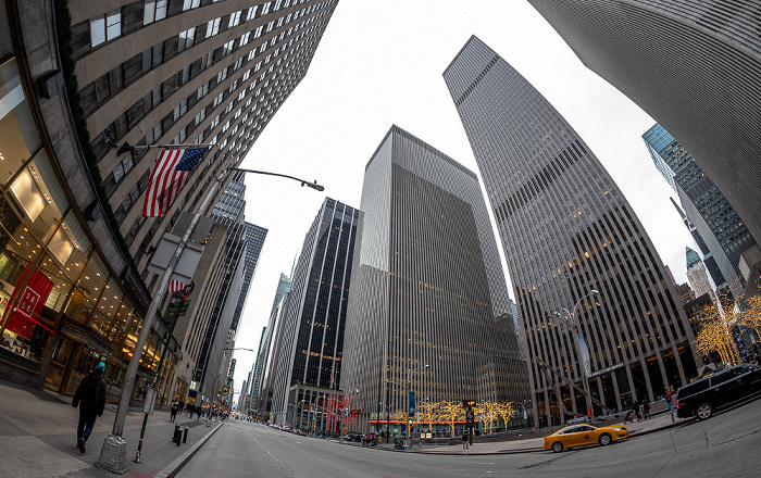 6th Avenue (Avenue of the Americas): Rockefeller Center mit dem GE Building (links) New York City