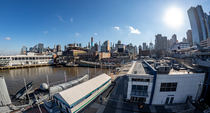 Blick vom Intrepid Sea, Air & Space Museum: Hudson River, Manhattan New York City