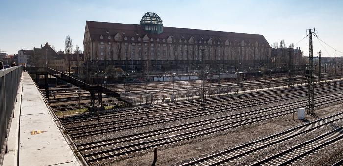 Blick von der Donnersbergerbrücke: Bahnstrecke Hauptbahnhof - Pasing, Hauptzollamt München