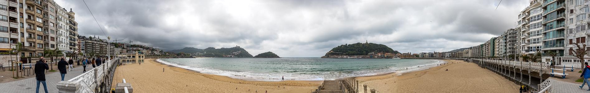 Donostia-San Sebastián Bahía de La Concha mit dem Playa de La Concha Isla de Santa Clara Monte Igueldo Monte Urgull